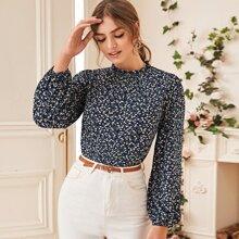 Bluse mit Gaensebluemchen Muster und Rueschen am Kragen