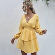 Einfarbiges Kleid mit Rueschen auf Taille