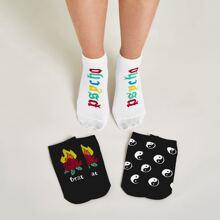 3 Paare Socken mit Blumen & Buchstaben Grafik