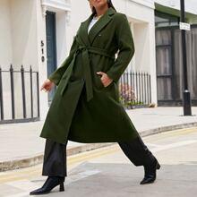 Einreihiger Mantel mit Reverskragen, Schosschenaermeln und Guertel