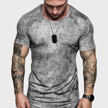 Maenner T-Shirt mit Batik und gebogengem Saum