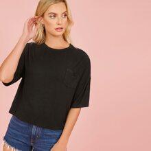 T-Shirt mit sehr tief angesetzter Schulterpartie und Taschen Flicken