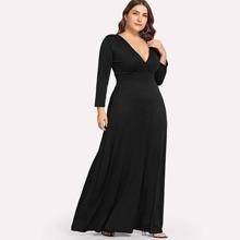 Einfarbiges Kleid mit tiefem V-Kragen