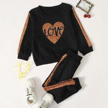 Sudadera con estampado de corazon y leopardo con pantalones deportivos