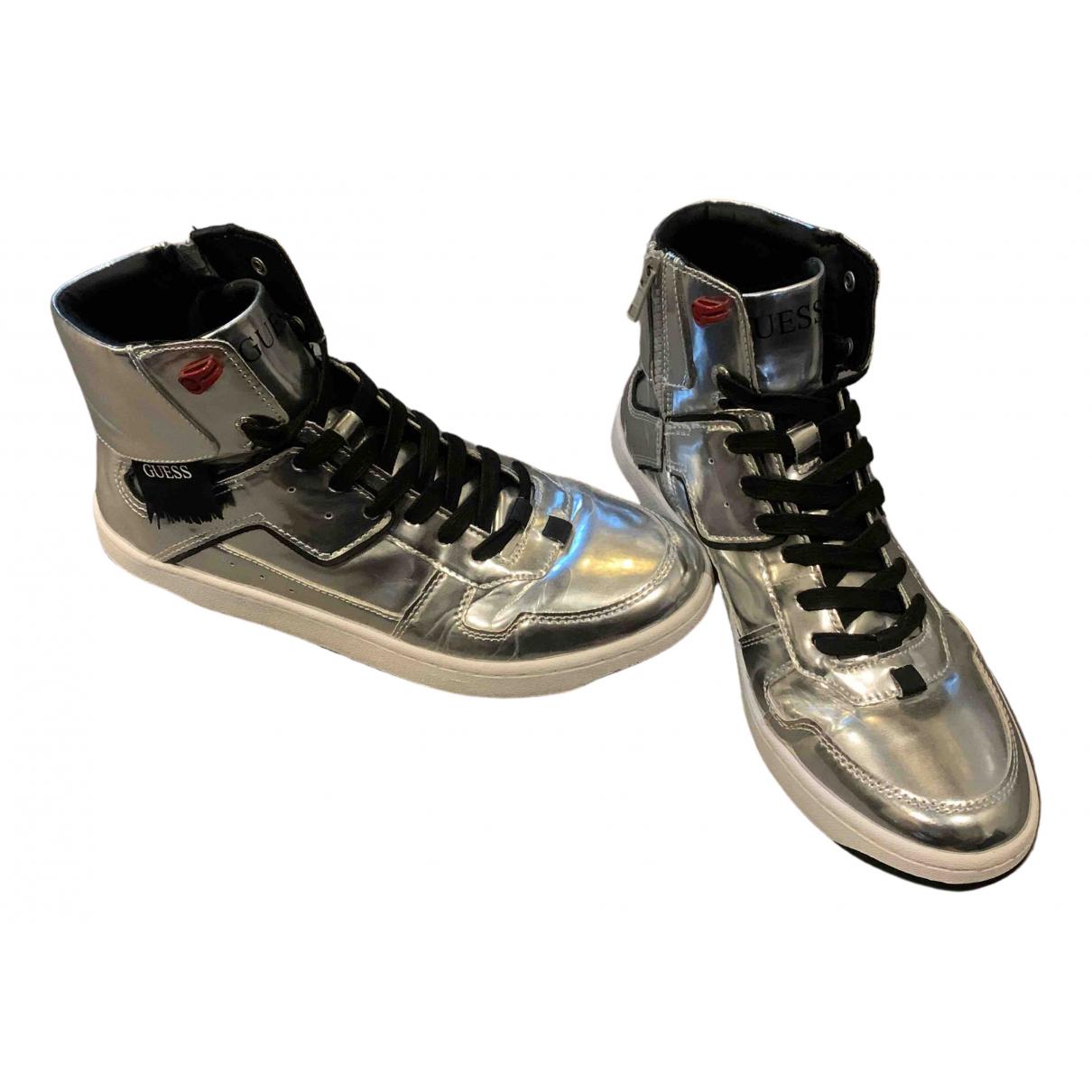 Guess \N Sneakers in  Silber Lackleder