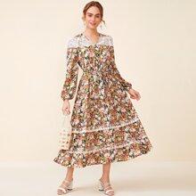 Kleid mit ueberallem Blumen Muster, Stickereien, Netzeinsatz und Laternenaermeln