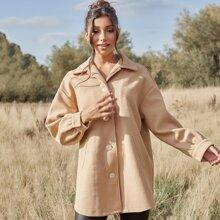 Mantel mit sehr tief angesetzter Schulterpartie und Knopfen