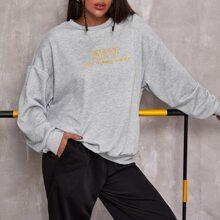Sweatshirt mit Buchstaben Stickereien und sehr tief angesetzter Schulterpartie