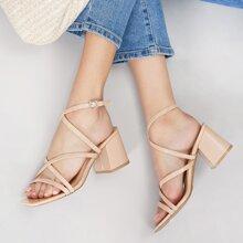 Sandalen mit quadratischer Zehenpartie, Fersenriemen und klobigem Absatz