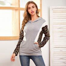 Hoodie mit Kaenguru Taschen und Kontrast Leopard Muster
