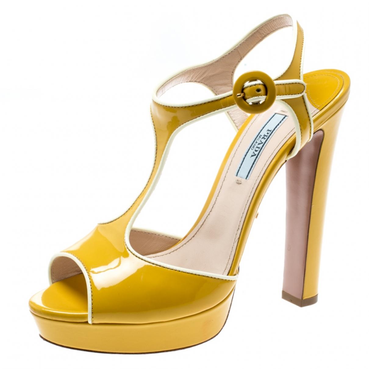 Prada \N Sandalen in  Gelb Lackleder