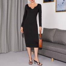 Kleid mit eingekerbtem Kragen und Schlitz hinten