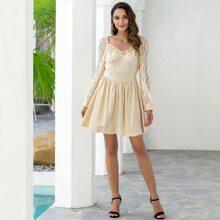 Kleid mit Rueschenbesatz, Herzen Kragen und Netzstoffaermeln