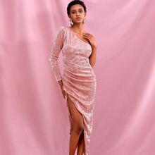 Asymmetrisches Kleid mit einer Schulter frei und Ruesche Detail