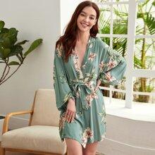 Robe mit Blumen Muster, sehr tief angesetzter Schulterpartie und Guertel