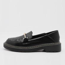 Loafers mit Metall Dekor und Krokodil Praegung