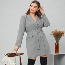 Blazer Kleid mit eingekerbtem Kragen, Taschen Klappe vorn und Guertel