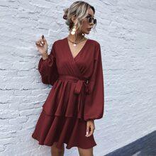 Einfarbige mehrschichtiges Kleid mit V-Kragen und Guertel