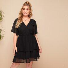Kleid mit V-Kragen, doppelten und mehrschichtigen Saum und Stickereien