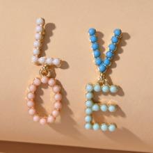 Ohrringe mit Perlen und Buchstaben Design