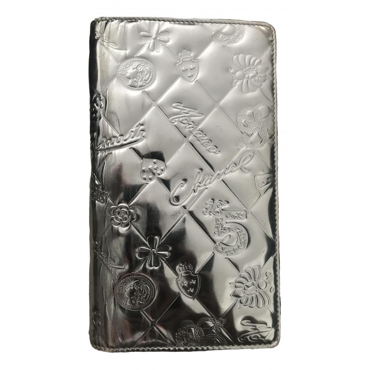Chanel \N Portemonnaie in  Silber Lackleder