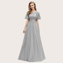 Kleid mit Pailletten, Taillenband und Netzstoff