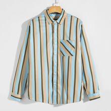 Camisa con parche con bolsillo de rayas verticales