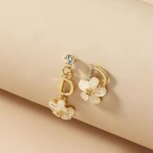 Ohrringe mit Buchstaben und Blumen Dekor