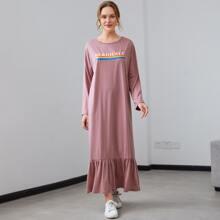 Kleid mit Buchstaben Grafik und Rueschen