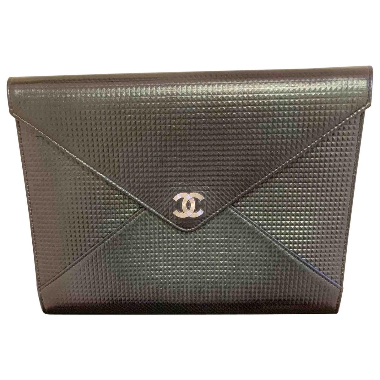 Chanel \N Clutch in  Gruen Leder