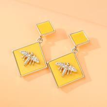 Ohrringe mit Biene und geometrischem Dekor