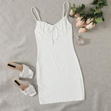 Figurbetontes Kleid mit Ruesche und Knoten vorn