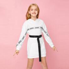 Kleid mit Buchstaben Muster, Selbstguertel und Kapuze