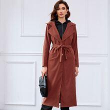 Mantel mit eingekerbtem Kragen, einreihigen Knopfen und Guertel