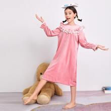 Samt Nachtkleid mit Stickereien, Netzstoff und Rueschenbesatz
