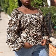 Camisa con estampado de leopardo de cuello cuadrado