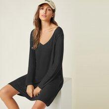 Kleid mit V Kragen und sehr tief angesetzter Schulterpartie