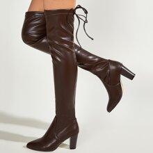 Minimalistische Stiefel mit Band hinten