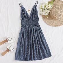 Kleid mit Rueschenbesatz, geraffter Taille und Bluemchen Muster