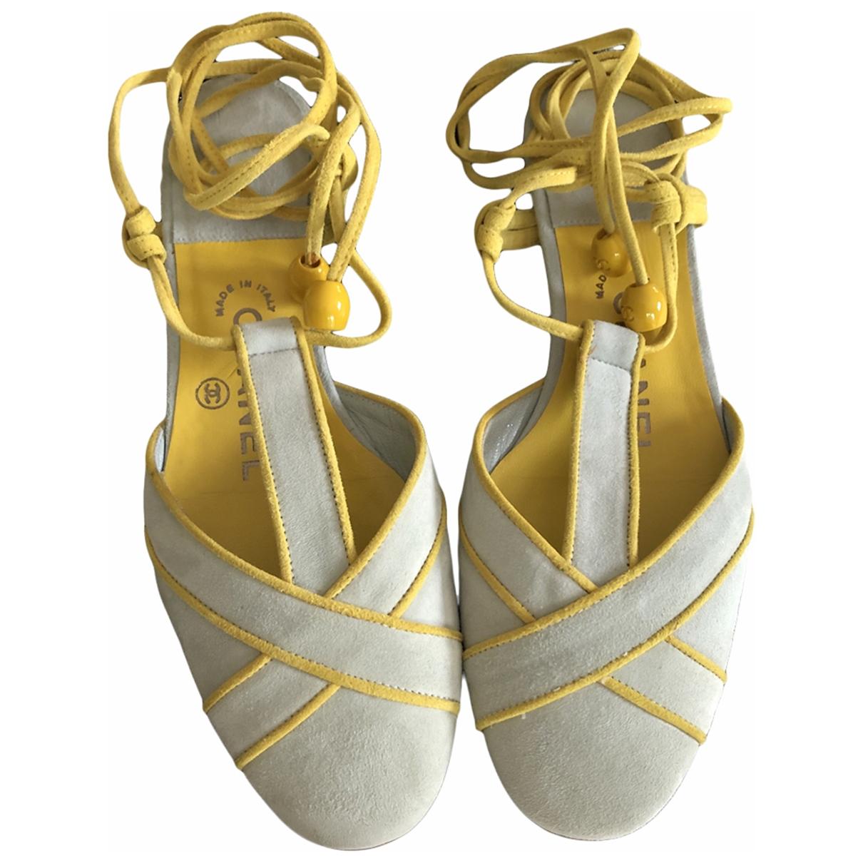 Chanel \N Sandalen in  Gelb Veloursleder