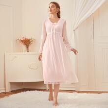 Nachtkleid mit Kontrast Spitze, Netzeinsatz und Schleife vorn