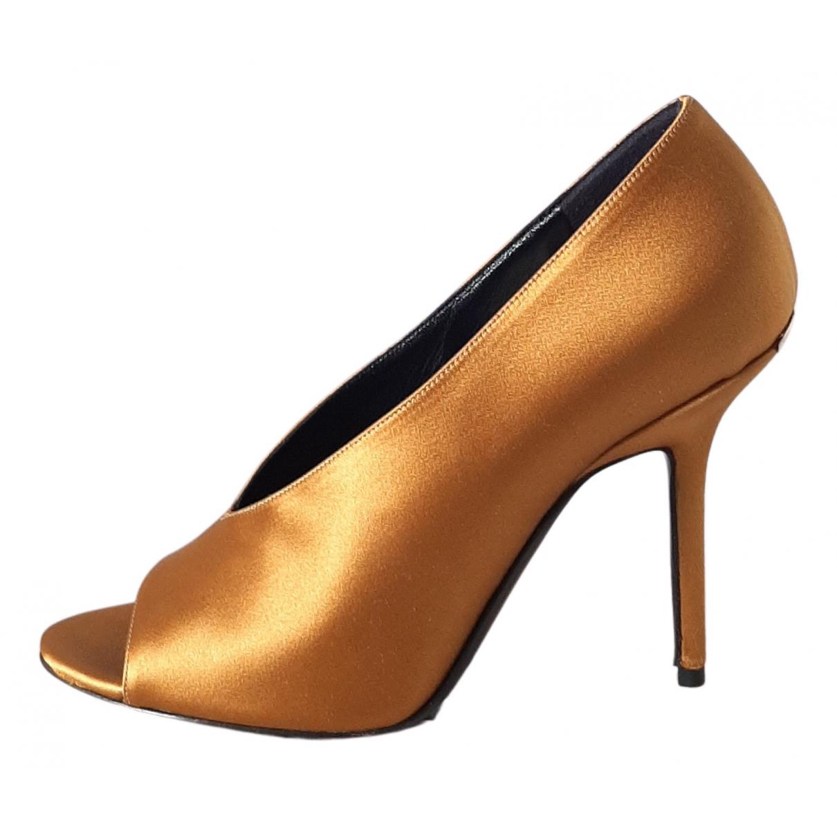 Burberry \N Pumps in  Gold Leder