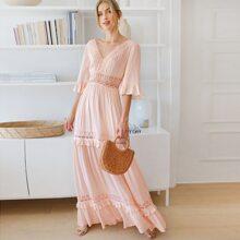 Kleid mit Glockenaermeln, Spitzeneinsatz und Falten