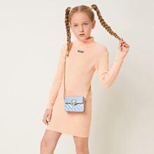 Kleid mit gerolltem Kragen und Buchstaben Stickereien
