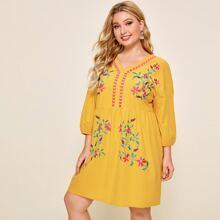 Kleid mit V-Kragen, sehr tief angesetzter Schulterpartie und Blumen Stickereien