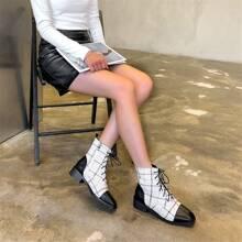 Stiefel mit Band vorn und weiter Passform