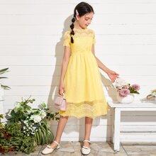 Kleid mit Spitze und Netzstoff am Saum
