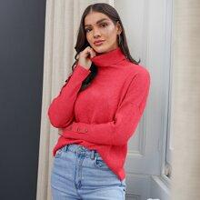 Pullover mit gerolltem Kragen, Knopfen und Manschetten