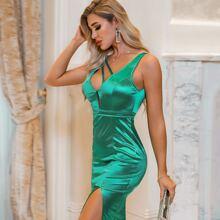 Glamaker Satin Kleid mit Riemen, tiefem Kragen und Schlitz