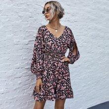 Kleid mit Blumen Muster, geraffter Taille und Schlitz an Ärmeln